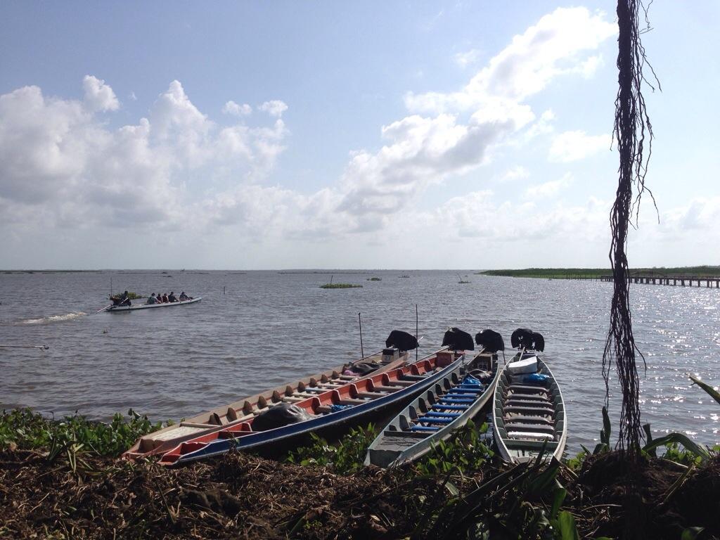Trois barques sur un lac de Thaïlande